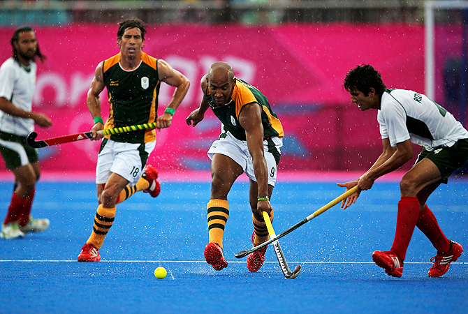 Pakistan's Muhammad Rizwan (junior) (L) fights for the ball with South Africa's Julian Hykes.