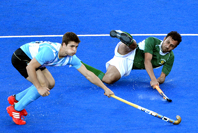Pakistan's Waseem Ahmad (R) is tackled by Argentina's Lucas Martin Reyof. -Photo by AFP