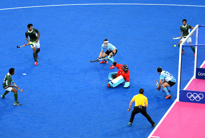 Pakistan's Muhammad Imran (L) scores against Argentina. -Photi by AFP