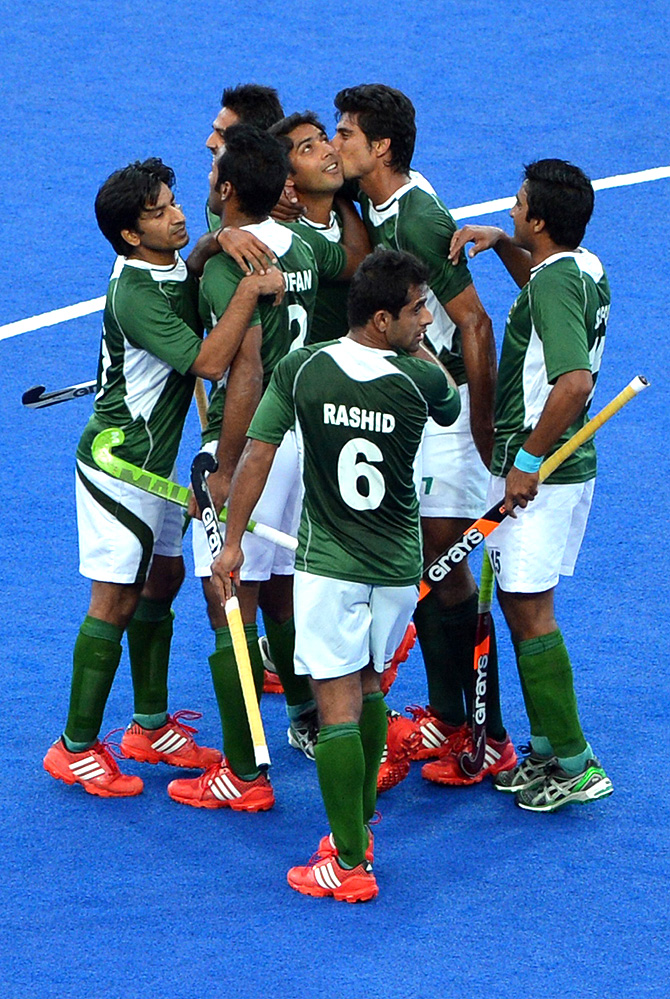 Muhammad Imran (C) of Pakistan is congratulated by teammates after scoring the first goal against Argentina. -Photo by AFP