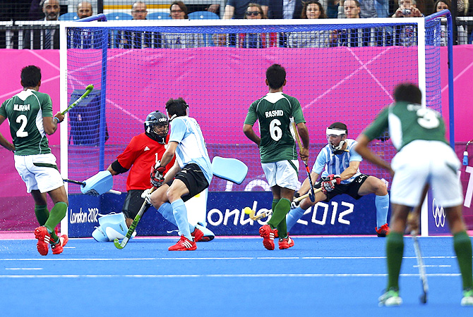 Argentina's goalkeeper Juan Manuel Vivaldi (2nd L) fails to save a shot by Pakistan's Muhammad Imran. -Photo by AFP