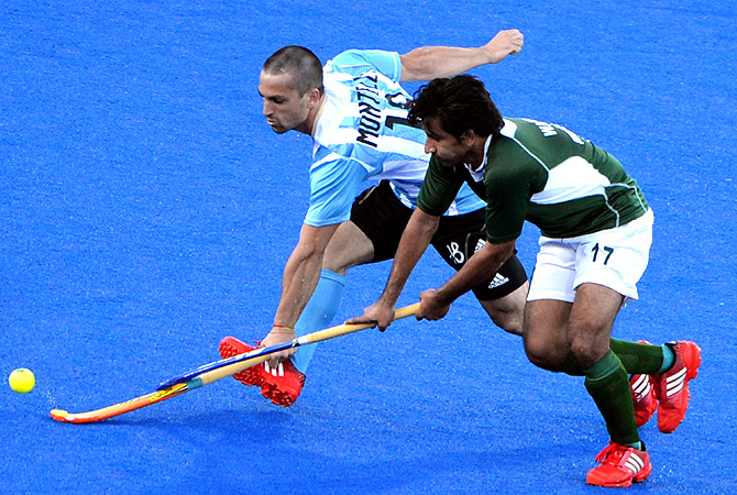 Pakistan's Waseem Ahmad (R) is tackled by Argentina's Juan Martin Lopez. -Photo by AFP