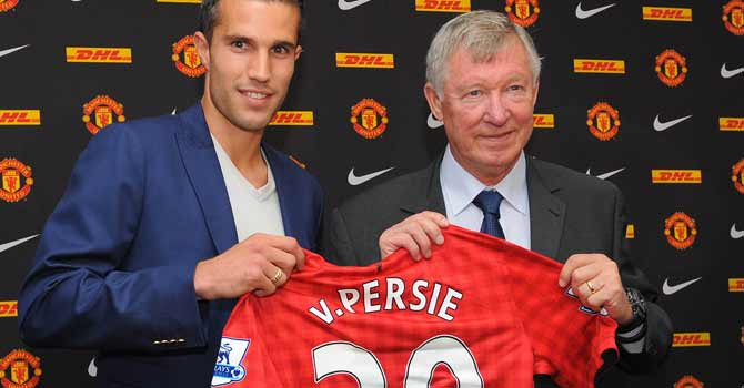 Manchester United's new player Robin van Persie, left, poses for pictures alongside manager Sir Alex Ferguson before a press conference at Old Trafford Stadium, Manchester. – Photo by AFP