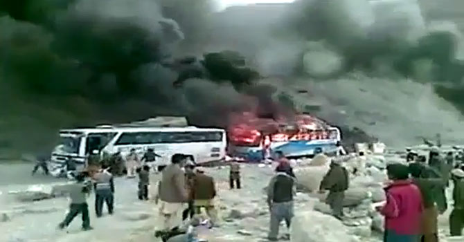 A video grab purportedly shows an attack on Shia passengers on their way to Gilgit-Baltistan. It remains unconfirmed whether the video is from the August 16 incident or April 3. – Video grab from YouTube