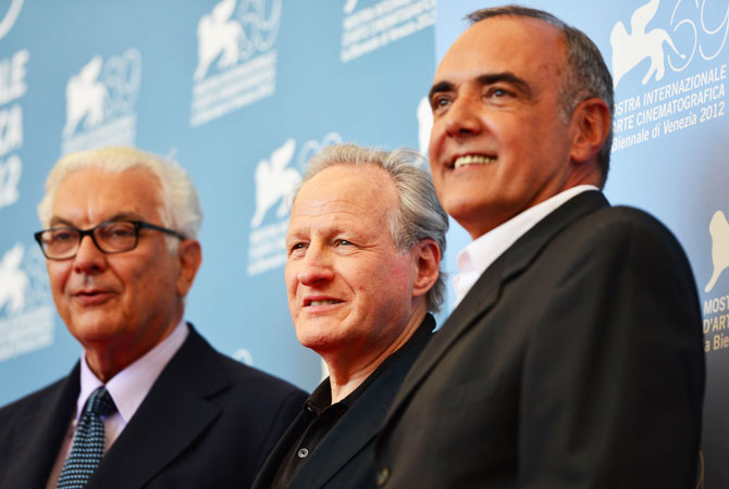 The President of Venezia 69's jury, US film director Michael Mann (C), poses with the director of the cinema Biennale Alberto Barbera (R) and the President of the Biennale Paolo Baratta, during the photocall of the jury at the festival.