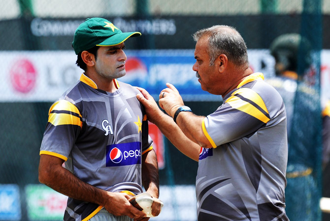 Pakistani cricket captain Mohammad Hafeez talks with coach Dav Whatmore during a training session at the Pallekele International Cricket Stadium in Pallekele ? Photo by AFP