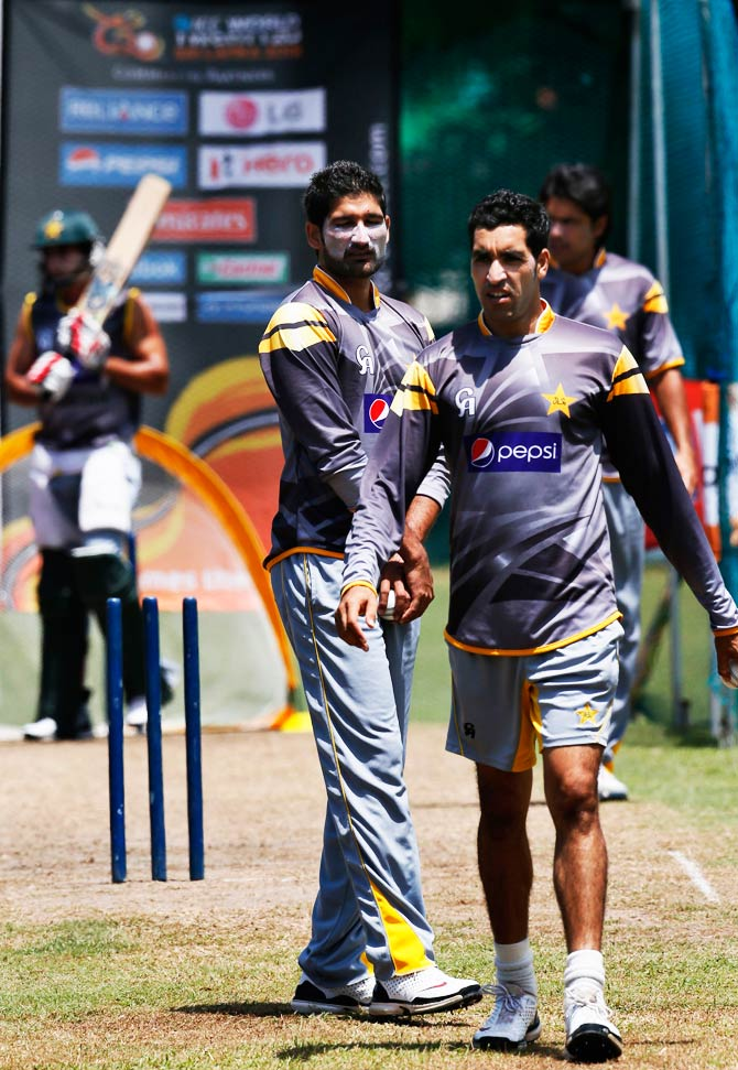 Pakistan's Umar Gul, right, prepares to bowel as Sohail Tanvir, second left right, watches him. ? Photo by AFP