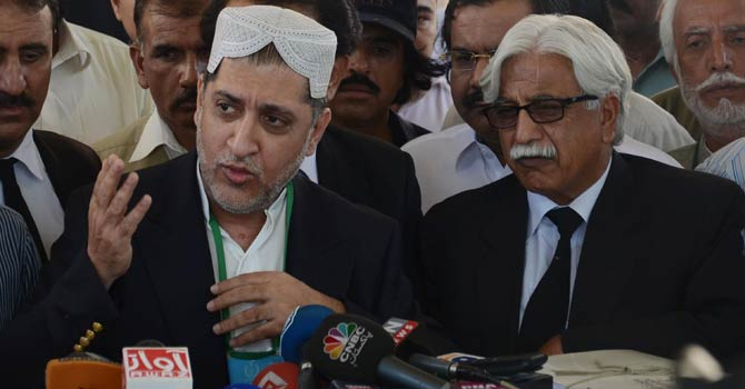 Former Chief Minister of Balochistan and Chief of BNP (Mengal) speaking to media represntatives after recording his statement in the Supreme Court- INP Photo
