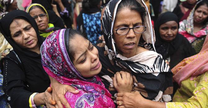 karachi-fire-families-AFP-670