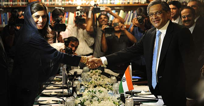 Indian Foreign Minister S.M. Krishna (R) and his Pakistani counterpart Hina Rabbani Khar (L) shake hands during a meeting in Islamabad — Photo by AFP