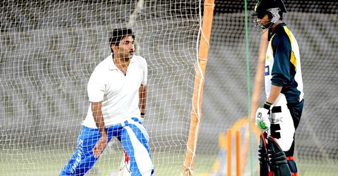 Javed Miandad speaks to Shoaib Malik at a training session in September 2009. The PCB has sought Miandad's services as batting consultant before the World T20 in Sri Lanka starting next week. – File photo by AFP