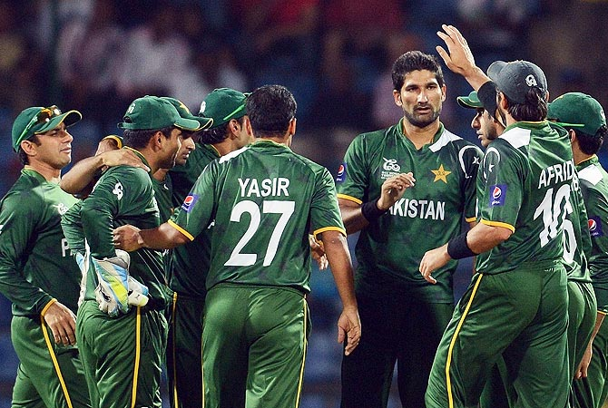 Pakistan bowler Sohail Tanveer (4R) celebrates the wicket of Bangladesh's Mohammad Ashraful. -Photo by AFP