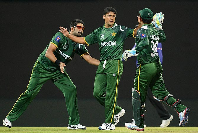 Pakistan cricketer Yasir Arafat (C) celebrates the wicket of Bangladesh cricket captain Mushfiqur Rahim (unseen). -Photo by AFP
