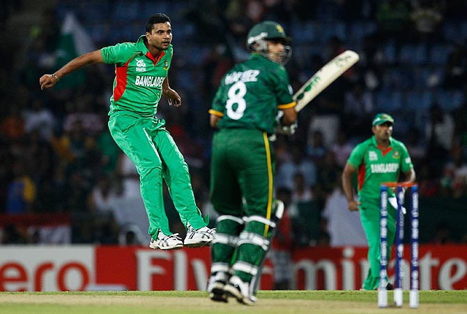 Bangladesh bowler Mashrafe Mortaza, left, reacts after bowling a delivery to Pakistan's captain Mohammad Hafeez. -Photo by AFP