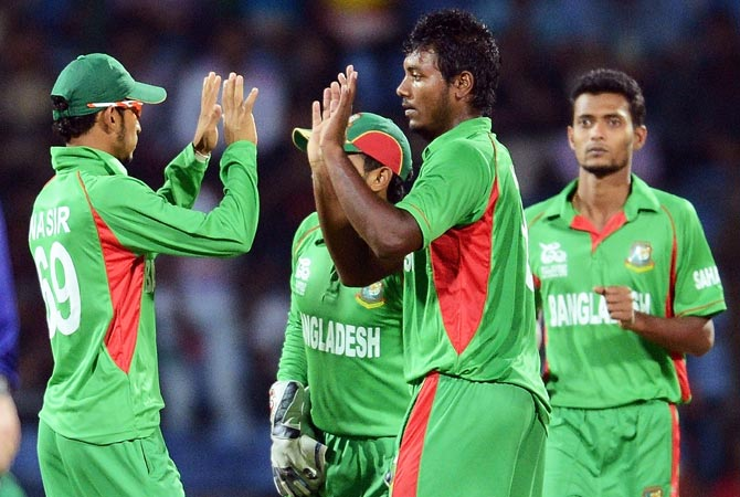 Abul Hasan (2nd-R) celebrates the dismissal of Imran Nazir. -Photo by AFP