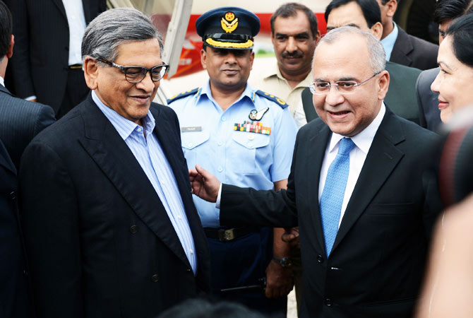 Pakistan's High Commissioner to India and former foreign secretary Salman Bashir (R) receives Indian Foreign Minister S.M. Krishna (L) upon Krishna's arrival at the Chaklala airbase in Rawalpindi on September 7, 2012.