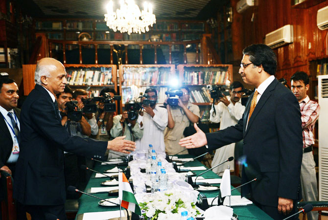 Pakistani Foreign Secretary Jalil Abbas Jilani (R) welcomes his Indian counterpart Ranjan Mathai before the start of a meeting at the Foreign Ministry in Islamabad on September 7, 2012.