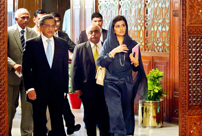 Indian Foreign Minister S.M. Krishna, left, and his Pakistani counterpart Hina Rabbani Khar, right, arrive for a meeting in Islamabad, Pakistan on Saturday, Sept. 8, 2012.