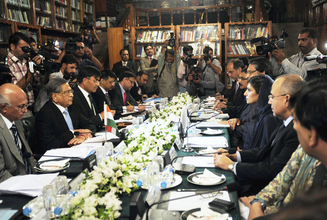 Indian Foreign Minister S.M. Krishna (2L) and his Pakistani counterpart Hina Rabbani Khar (3R) speak during a meeting in Islamabad on September 8, 2012.