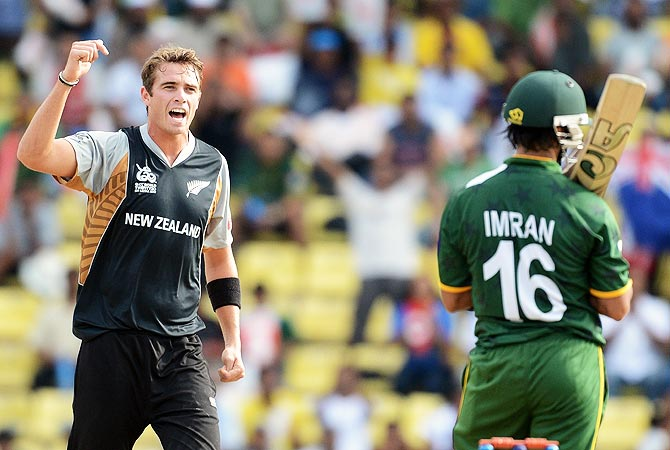 New Zealand bowler Tim Southee (L) celebrates the wicket of Pakistan cricketer Imran Nazir. -Photo by AFP