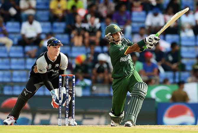 New Zealand wicketkeeper Brendon McCullum (L) watches as Pakistan cricket captain Mohammad Hafeez plays a shot. -Photo by AFP