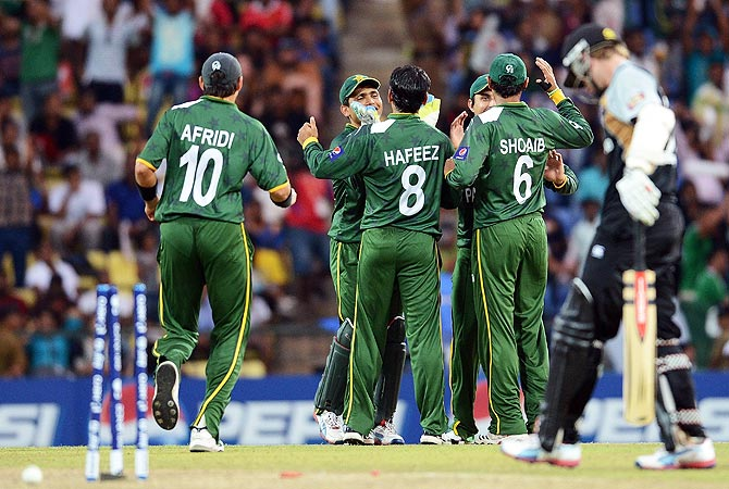 Pakistan cricketers celebrate the run out of New Zealand batsman Kane Williamson. -Photo by AFP
