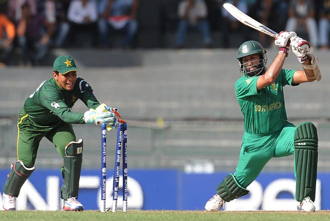 Kamran Akmal (L) unsuccessfully attempts stumping Hashim Amla (R). -Photo by AFP