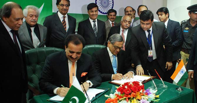 Pakistan's Interior Minister Rehman Malik (L) and India's Foreign Minister S. M. Krishna (R) sign on the new visa regime for both countries. – Photo by Online