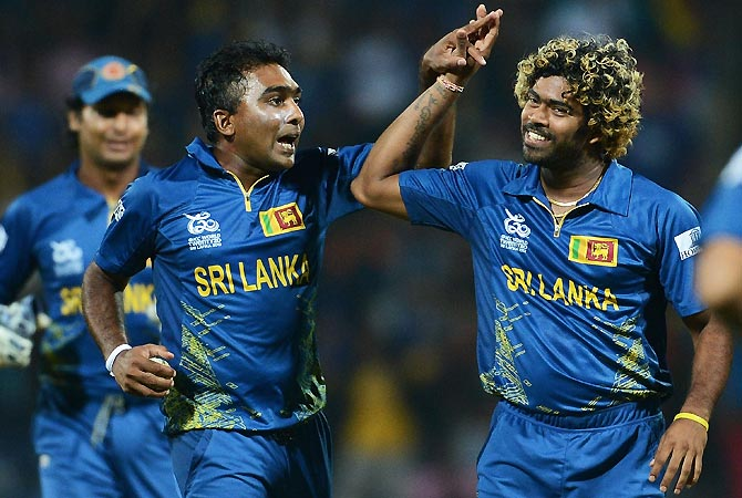 Lasith Malinga (R) celebrates with captain Mahela Jayawardene (L) after taking the wicket of New Zealand