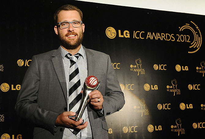 New Zealand's cricketer Daniel Vettori poses with his Spirit of Cricket award. -Photo by AFP