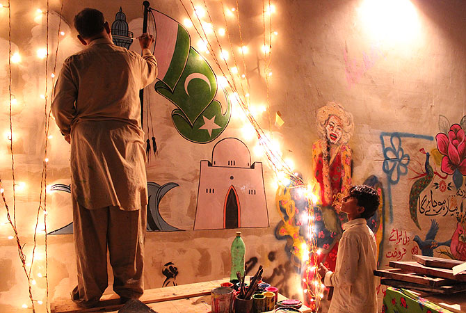 Live Painting at the Jumma Hafta Art Bazaar. — Photo by Shameen Khan/Dawn.com