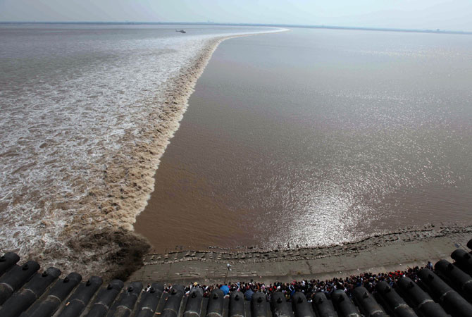 It has been a tradition for people living near the mouth of the Qiantang River to celebrate the Mid-autumn Festival by watching the tidal waves crash to the shore.