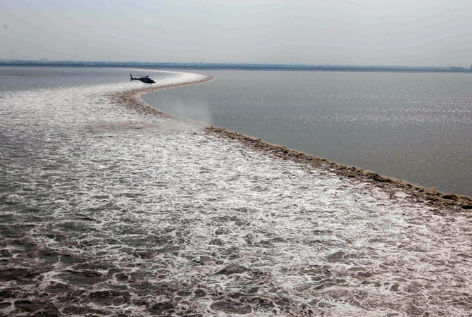 The annual International Qiantang River Tidal Bore Watching Festival is held in Yanguan Town on 18th day of the eighth lunar month.