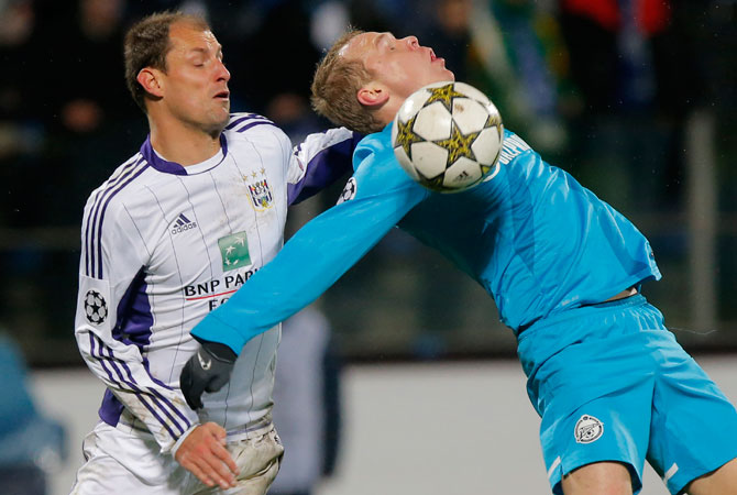 Milan Jovanovic of RSC Anderlecht, left, fights for the ball with Zenit's Aleksandr Anyukov during their Champions League group C, soccer match, between RSC Anderlecht and Zenit St. Petersburg in St.Petersburg, Russia. – Photo by AP