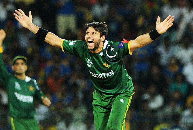 Shahid Afridi reacts after taking the wicket of Sri Lanka captain Mahela Jayawerdene. -Photo by AFP