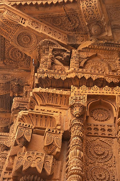 A detail of the decorations on the outer side of the Jam Nindo tomb. - Photo by Nadir Siddiqi/Dawn.com