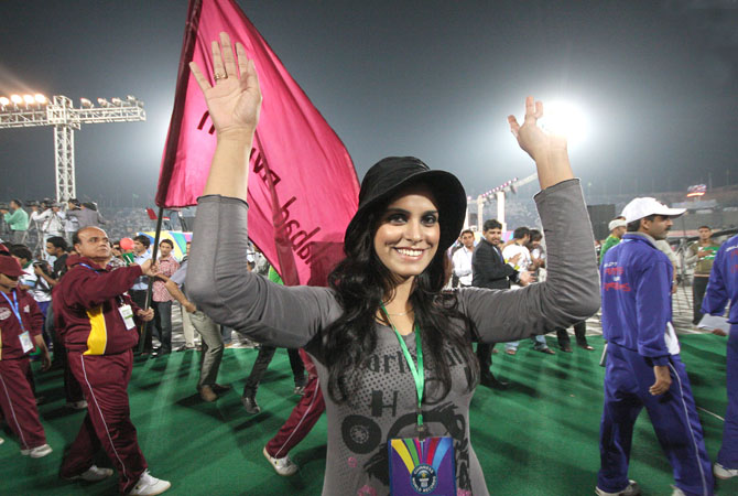 An official of Guinness World Record waves for a photograph during the Punjab Youth Festival, where around 70,000 participants joined voices to break the world record for the most people singing a National Anthem simultaneously at National Hockey Stadium. - Photo by INP