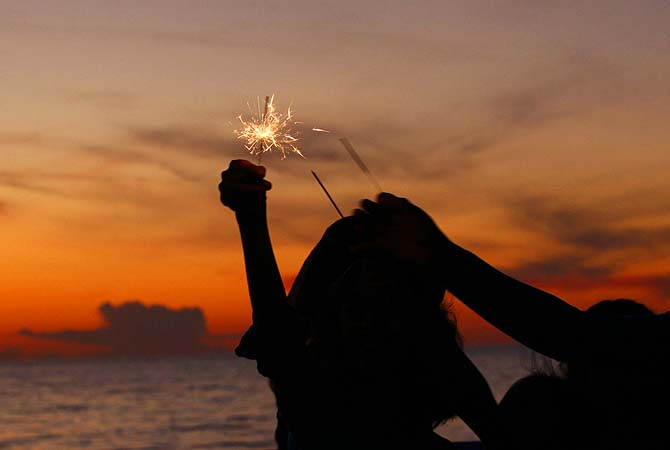 Syrian children light sparklers during sunset on the second day to celebrate Eidul Azha in Beirut.?Photo by Reuters