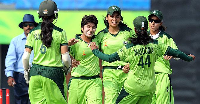Women's World T20: Pakistan beat India in nail-biting finish - Sport ...