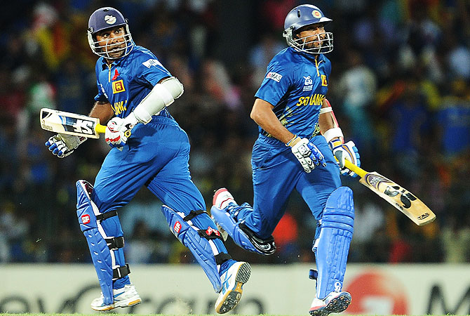 Sri Lankan cricket captain Mahela Jayawardene (L) and teammate Tillakaratne Dilshan (R) run between the wickets. -Photo by AFP