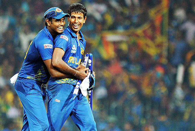 Sri Lanka cricketers Nuwan Kulasekara (R) and Angelo Mathews celebrate after beating Pakistan. -Photo by AFP