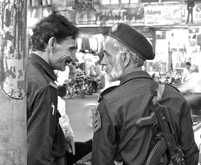 I would have loved to eavesdrop on this conversation between these two policemen! Saddar, Karachi.