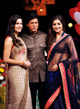 Indian Bollywood actresses Katrina Kaif (L) and Anushka Sharma (R) pose with actor Shah Rukh Khan (C) on the stage of television show ?India's Got Talent? to promote their Hindi film ?Jab Tak Hai Jaan?in Mumbai. ? AFP Photo