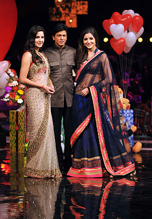 Indian Bollywood actresses Katrina Kaif (L) and Anushka Sharma (R)pose with actor Shah Rukh Khan (C) on the stage of television show ?India's Got Talent? to promote their Hindi film ?Jab Tak Hai Jaan?. ? AFP Photo
