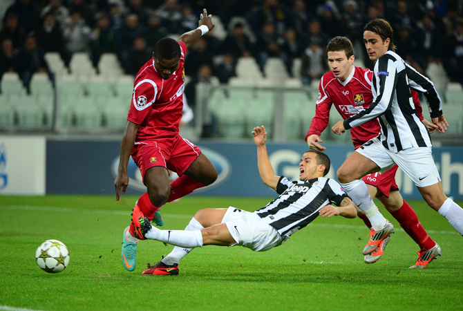 Juventus' forward Sebastian Giovinco (Centre) fights for the ball with Nordsjaelland's defender Jores Okore during the Champions League match between Juventus and FC Nordsjaelland on November 7, 2012 in the stadium of Alps in Turin.