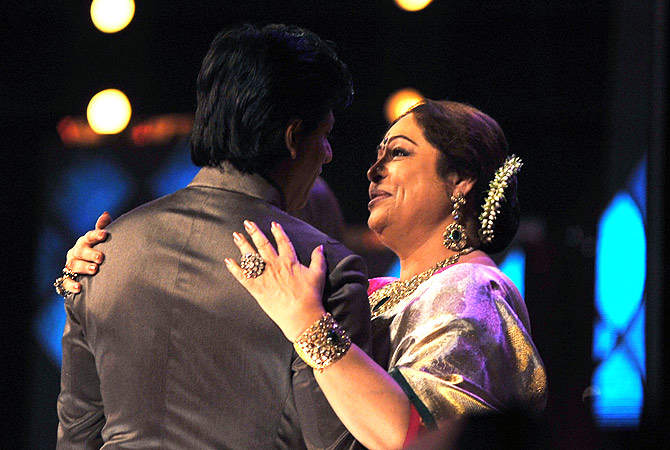 Indian Bollywood actress Kirron Kher (R), a judge of television show  ?India's Got Talent? embraces actor (L) Shah Rukh Khan in Mumbai . ? AFP Photo
