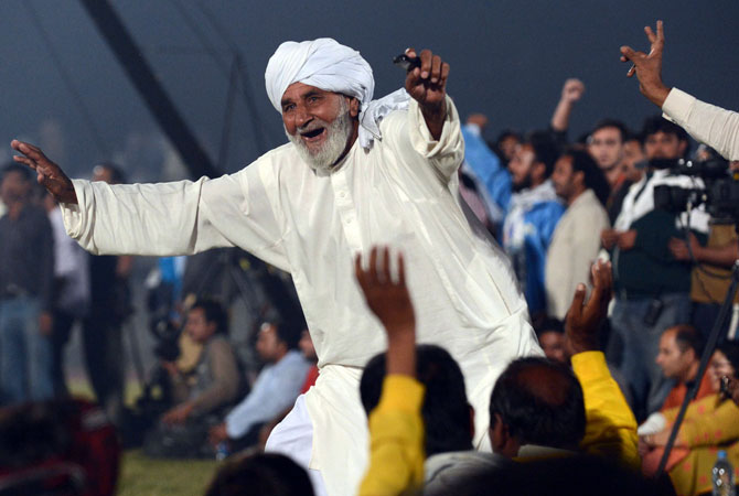 Pakistani kabbadi fans cheer during the India versus Pakistan Kabaddi Asia Cup final match in Lahore late on November 5, 2012.