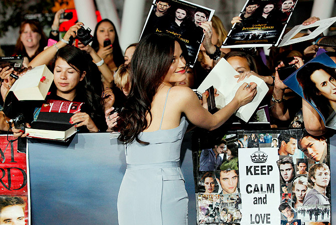 "Cast member Elizabeth Reaser signs autographs at the premiere of ""The Twilight Saga: Breaking Dawn - Part 2"" in Los Angeles""? Reuters Photo"