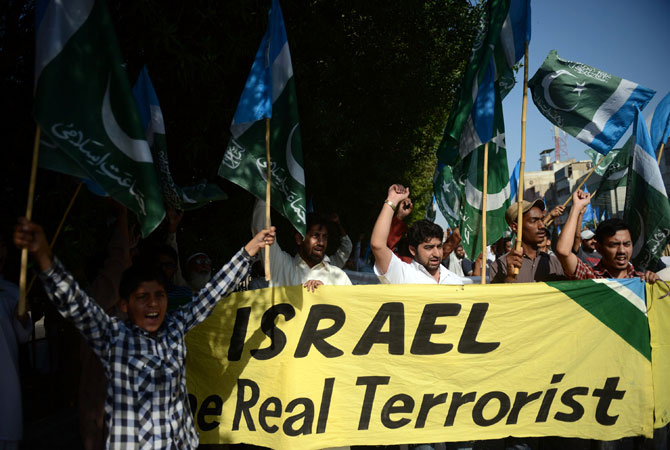 Pakistani activists of fundamentalist party Jamaat-i-Islami (JI) shout anti-Israel slogans during a protest in Karachi on November 23, 2012. A Palestinian was shot dead by Israeli forces near the Gaza border, the first casualty since the two sides agreed a truce ending their week-long conflict, Palestinian medical sources said.