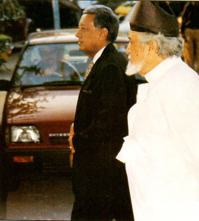 With Syed Sajjad Ali Shah, former Chief Justice of the Supreme Court. – Photo courtesy Sama Books.